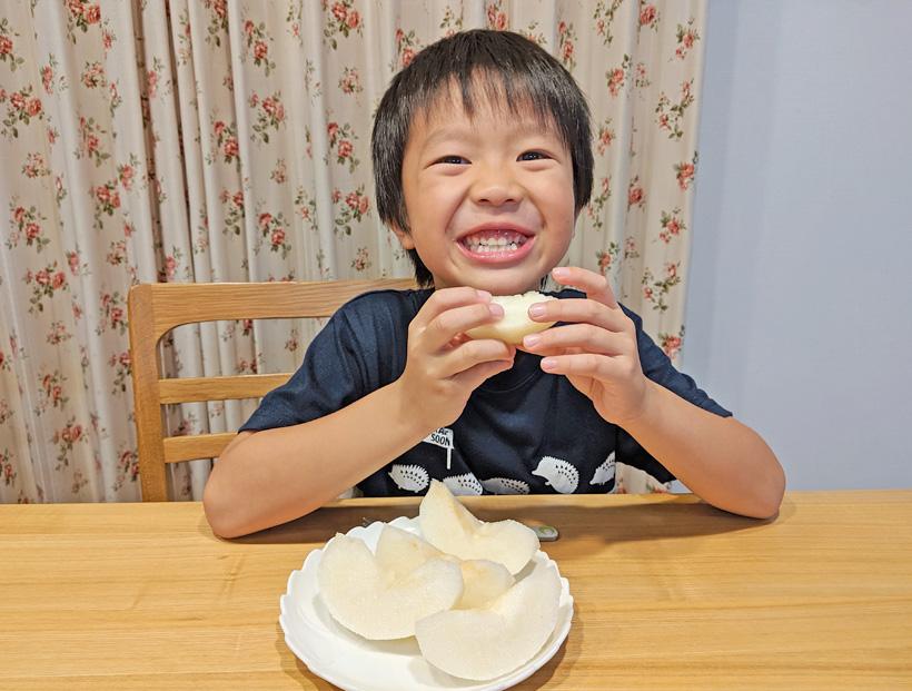 成生梨を食べる子供